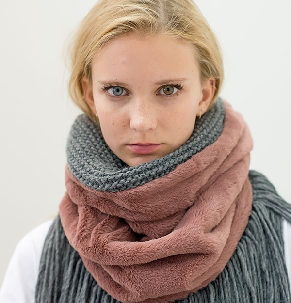 KNITTED SNOOD WITH DUSTY PINK ECO FUR & FRINGES