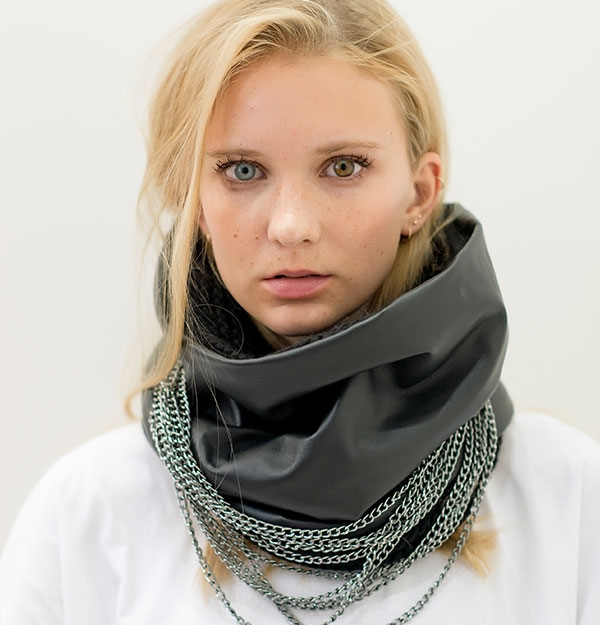 KNITTED SNOOD WITH CHAINS